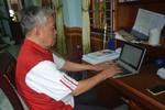 Cụ ông 83 tuổi ngày ngày chống gậy đi học cao học