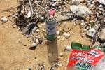 Dầu vón cục, bao bì và chai lọ có chữ Trung Quốc tràn vào bờ biển Quảng Nam