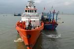 Cứu tàu cá cùng 10 ngư dân gặp nạn trên biển