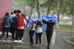 Thí sinh Đà Nẵng đội mưa lớn đến các điểm thi rà soát lại hồ sơ