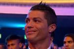 Ronaldo cười nửa miệng khi Messi nhận Quả Bóng Vàng