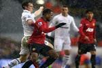Evra bị CĐV Tottenham tấn công