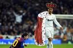 Biếm họa hậu Siêu kinh điển: Messi quỳ gối trước Ronaldo