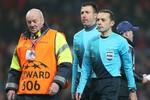 Sir Alex nổi đóa, Ferdinand vỗ tay khen trọng tài