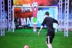 Cuộc đối đầu cân não giữa Messi và thủ môn robot