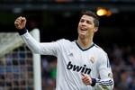 Ronaldo tăng tốc, Messi thành 'kẻ bám đuôi'