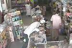 Clip: Quyết lừa cụ già bán tạp hóa lấy trộm cả xấp thẻ cào