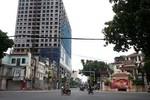 Tòa nhà 8B Lê Trực: Phạt 100 triệu đồng, yêu cầu tự tháo dỡ phần sai phạm