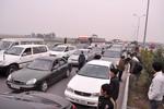 Ảnh: Tai nạn liên hoàn, dòng người đổ về Hà Nội tắc gần 20 km
