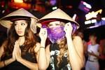 DJ gợi cảm nhất thế giới đội nón lá đến Việt Nam