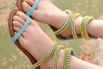 Chân thon 'ôm lấy' sandal càng xinh