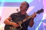 Phút ngẫu hứng 'chết cười' của Lê Minh Sơn trên sân khấu