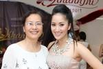 Khánh Thi khoe mẹ trong sinh nhật hoành tráng