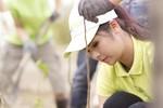 Hoa hậu Ngọc Hân lội bùn trồng cây