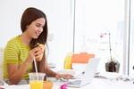 Tác hại không ngờ khi ăn trưa tại bàn làm việc