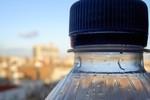 Tái dùng chai nước, lợi bất cập hại