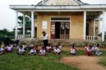 Mỗi lần thôn họp dân, nhiều học sinh phải nghỉ học