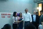 Ông Obama thong dong vào hàng bún chả trên phố Lê Văn Hưu