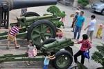Ngày 30/4: Trẻ em Hà Nội hào hứng đến thăm bảo tàng lịch sử Quân sự VN