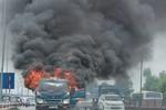 Xe tải bốc cháy dữ dội trên đường cao tốc Thăng Long - Nội Bài
