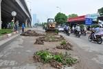 Hà Nội: Bùn đổ ra đường giữa đêm khuya, giao thông gặp nhiều khó khăn