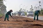 """Hà Nội: Các tuyến đường vành đai liên tục """"ngập"""" bùn đất sau mỗi đêm"""