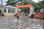 Hà Nội: Bệnh viện, bến xe, trụ sở UBND vẫn ngập trong biển nước