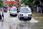 Hàng ngàn người dân được xe cứu hộ GT và Cảnh sát đưa qua điểm ngập