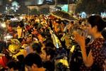 """Hàng nghìn người đội mưa đứng ở lòng đường tham dự làm lễ """"cầu siêu"""""""