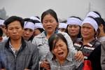 Hình ảnh khóc cạn nước mắt đưa tiễn 5 người chết cháy tại Zone 9