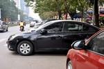 Phường Trung Hòa: Tràn lan các bãi trông giữ xe chiếm dụng lòng đường