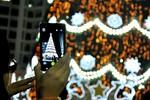Hàng trăm bạn trẻ háo hức tạo dáng bên cây thông Noel cao nhất VN