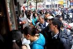 Hà Nội: Xếp hàng mua bánh chưng về ăn Tết như thời bao cấp