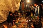 Mùng 8 Tết: Nửa đêm đi chợ cầu may