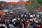 Hàng vạn người đổ về đồi Lim trước ngày chính hội