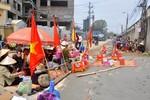 Hà Nội: Hàng trăm người dân quỳ lạy trước cổng ủy ban xã