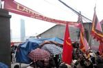 Người dân Mễ Trì vẫn lập bàn thờ, căng biển làng văn hóa để đòi đường