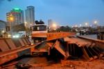 Hà Nội: Vào cua gấp, xe kéo rơ moóc lật chắn ngang đường