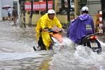 Hà Nội: Mưa lớn, phố lại thành sông