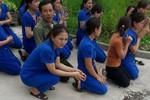 Kỷ luật 5 cán bộ nhưng trường của các cô giáo quỳ gối vẫn bị đóng cửa