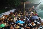 Trẩy hội chùa Hương: Vẫn ùn tắc cáp treo, thú rừng bị xẻ thịt la liệt
