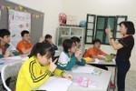 Người nâng bước những học sinh khuyết tật đến trường