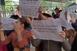 Hàng trăm phụ huynh giơ khẩu hiệu đòi xử lý Ban giám hiệu và công ty Hương Thành