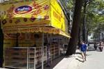 Nhiều quầy bán bánh trung thu lấn chiếm vỉa hè giữa phố Sài Gòn