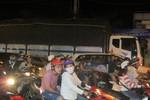 Xe tải nặng nối đuôi nhau, nghênh ngang đi vào nội thành Sài Gòn