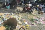 Trước thềm năm mới, hoa cảnh tết bị vứt la liệt trên hè phố ở Sài Gòn