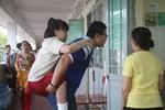 Hai thí sinh bị gãy chân, sinh viên tình nguyện cõng lên phòng thi
