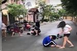 Nữ sinh đánh tới tấp bạn bằng mũ bảo hiểm ngay ở ngoài đường