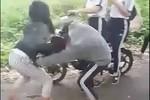 Mâu thuẫn cá nhân, học sinh lớp 7 đánh bạn dã man ngoài đường