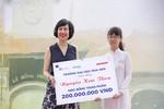 Giáo sư Mai Hồng Quỳ trao học bổng 200 triệu đồng cho học sinh xuất sắc nhất